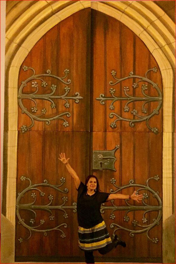 Rosaana Velasco vor dem Portal