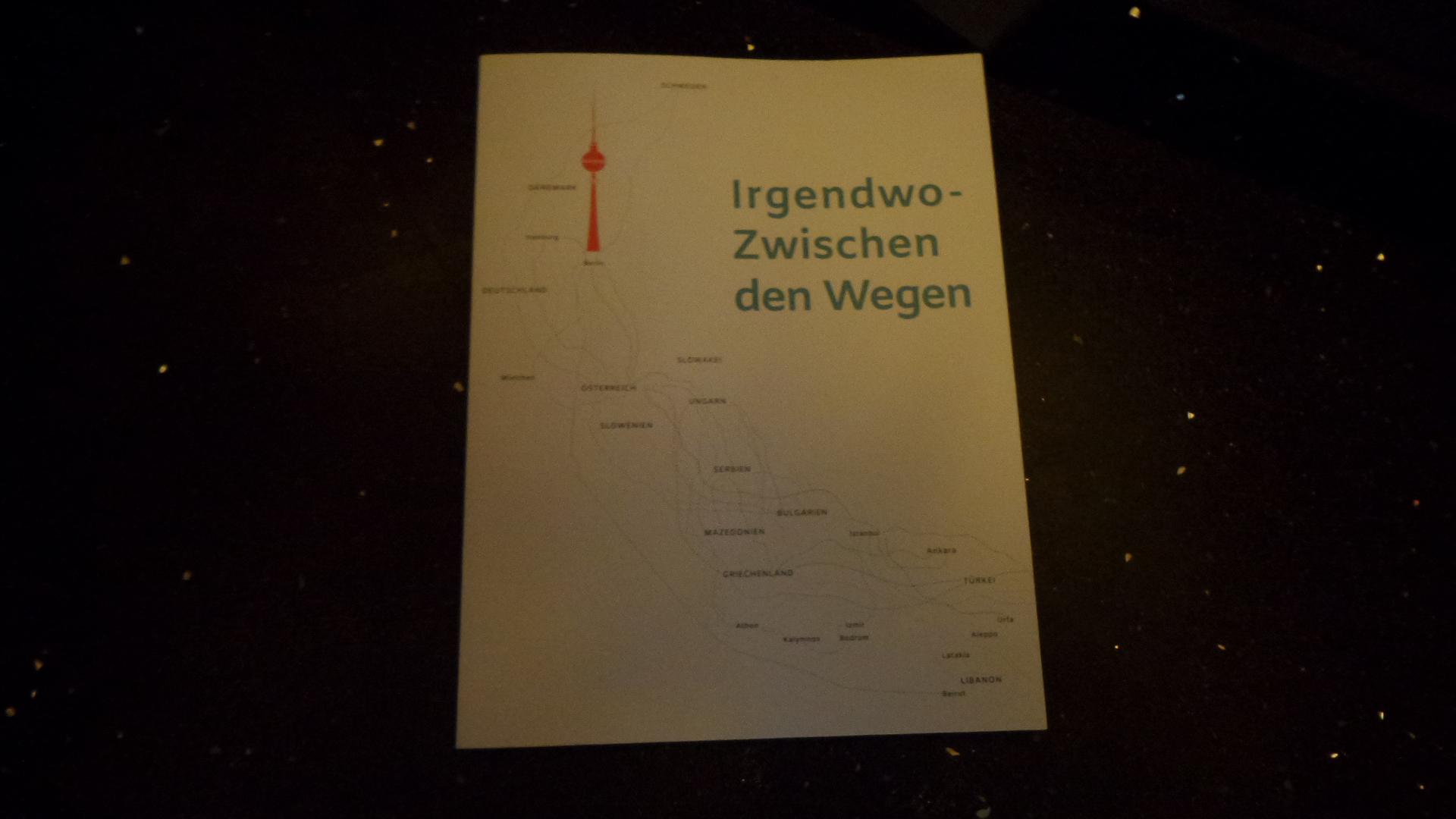 """Die Erstausgabe von """"Zwischen den Wegen"""", herausgegeben von Jennifer Herbst und Bianca Monroy (Berlin 2017)."""