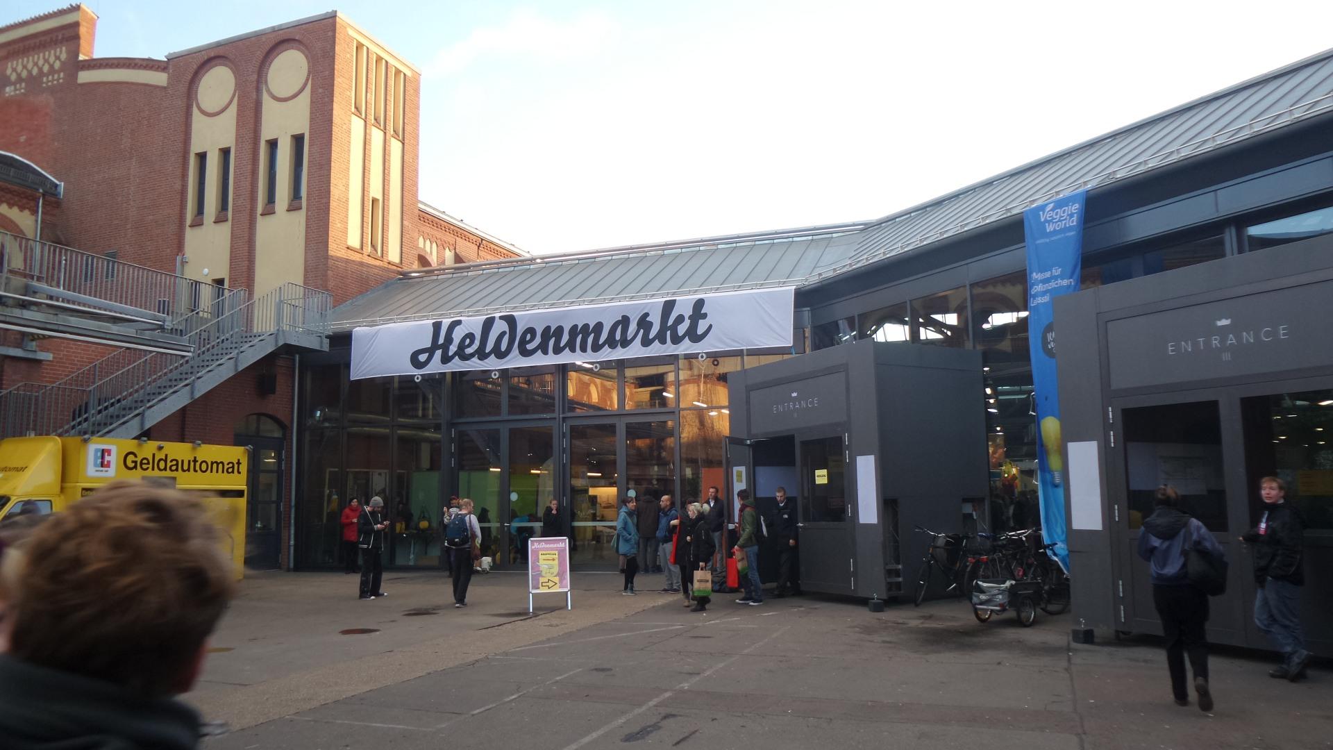 """Eingang """"Heldenmarkt"""" in der Station Berlin am Gleisdreieck."""
