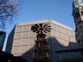 Der achteckige Neubau der Gedächtniskirche von Egon Eiermann am Vortag des Jahrestages des Anschlages auf den Weihnachtsmarkt auf dem Brietscheidplatz.