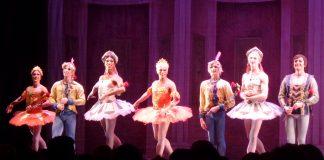 """Nach der Vorstellung: Tänzer des """"Les Ballets Trockadero de Monte Carlo"""" aus New York bedanken sich beim Publikum"""