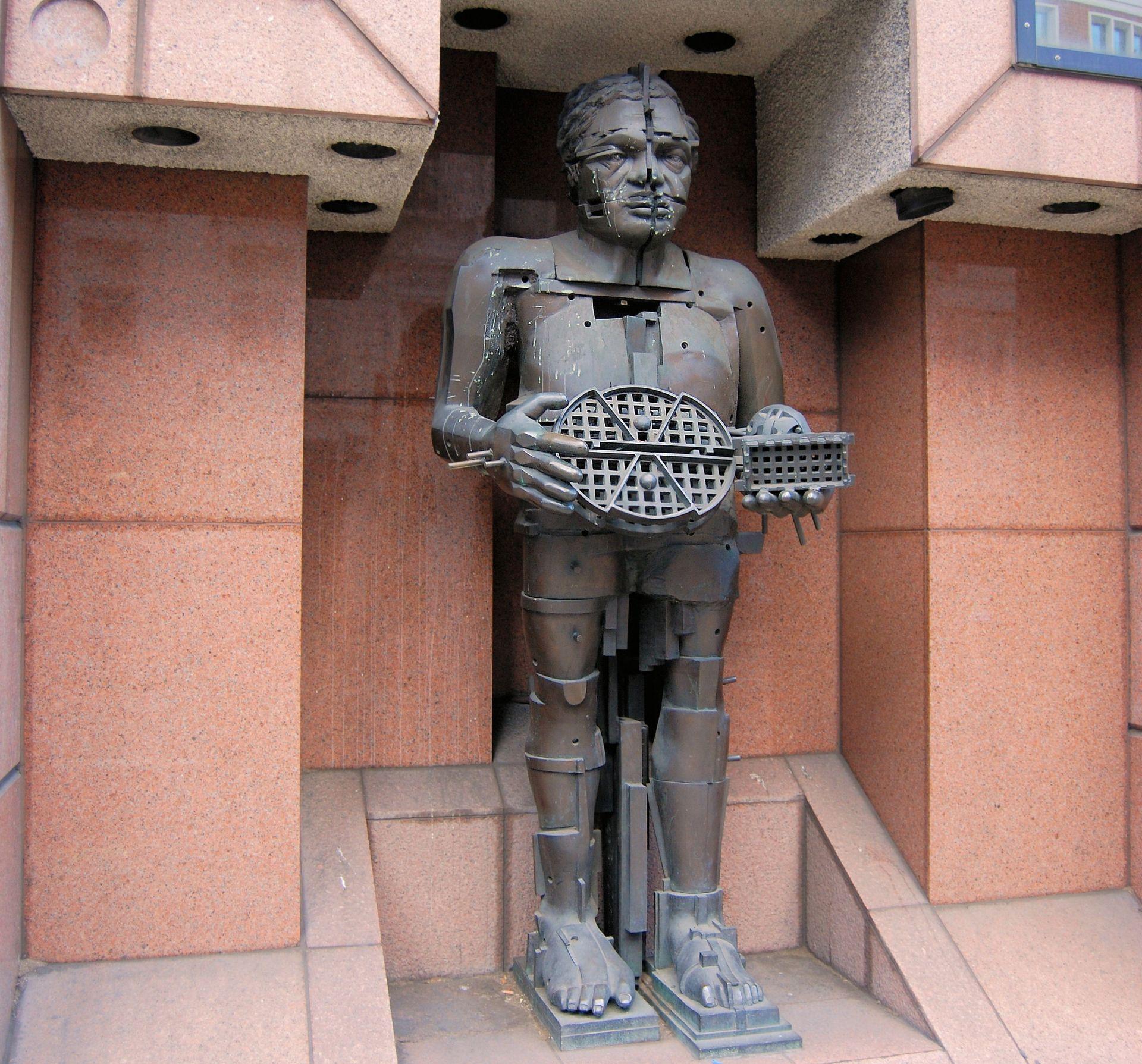 Eine Skulptur von Eduardo Paolozzi.