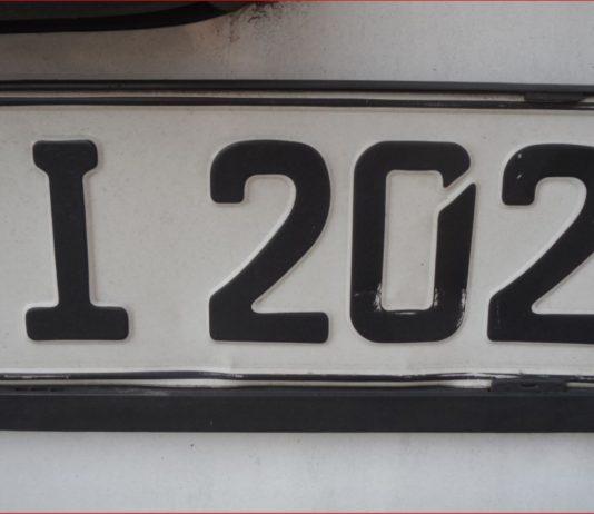 Autokennzeichen mit Buchstaben und Zahlen, indisch-arabischen Ziffern
