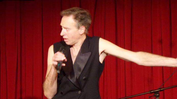 Rainer Anton Niedermeier (RAN) bei Lesung (Performance) am 19. April 2018 im Roten Salon in Berlin-Mitte.