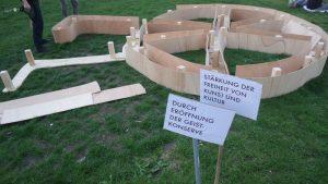 Temporäres Räuberrad auf der triangulären öffentlichen Grünfläche vor der Berliner Volksbühne