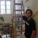 Nils Ben Brahim beim Aufbau seiner ersten Ausstellung