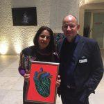 Künstlerin Rosaana Velasco mit Auktionator in der Mexikanischen Botschaft Berlin