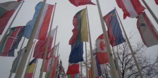 Fahnen vor Halle 19 der Messe Berlin am Hammerskjöldplatz in Berlin-Charlottenburg