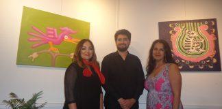 """Liliana Cobos mit Musiker Erik in Rosaana Velascos Ausstellung """"Bezaubernde Blicke"""", in der Vernissage am 8. Mai 2018"""