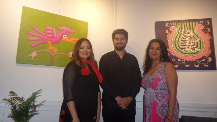 Liliana Cobos mit Musiker Erik in Rosaana Velascos Ausstellung