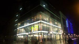 Buchhandlung Goethe- Ecke Wilmersdorfer Straße in der Westberliner Fußgängerzone 2016, am Abend, im Dunkeln