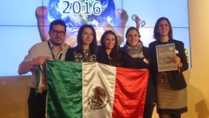 Bei einer Preisverleihung auf der ITB zeigen Mexikaner Flagge.