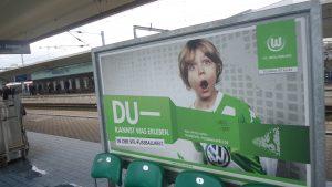 Sport in WOB: Fußball. Plakat am Hauptbahnhof im November 2016