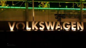 Schriftzug Volkswagen an der VW-Arena nördlich des Mittellandkanals