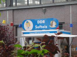 """""""Original-DDR-Softeis""""-Bude auf dem Festival """"Berlin lacht!"""" auf dem Dorothea-Schlegel-Platz vor dem S-, U- und Fernbahnhof Friedrichstraße an der Stadtbahn"""