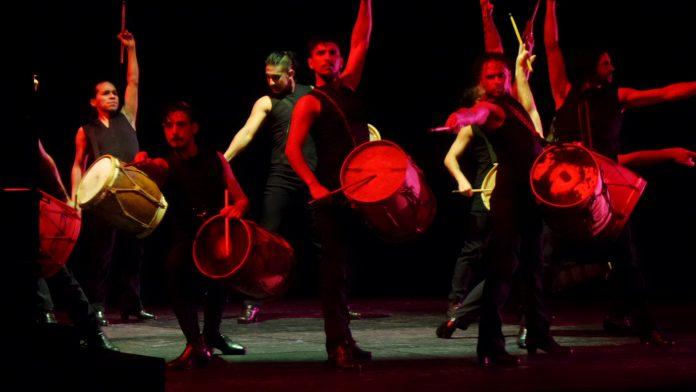 Argentinische Gauchos trommeln, tanzen und