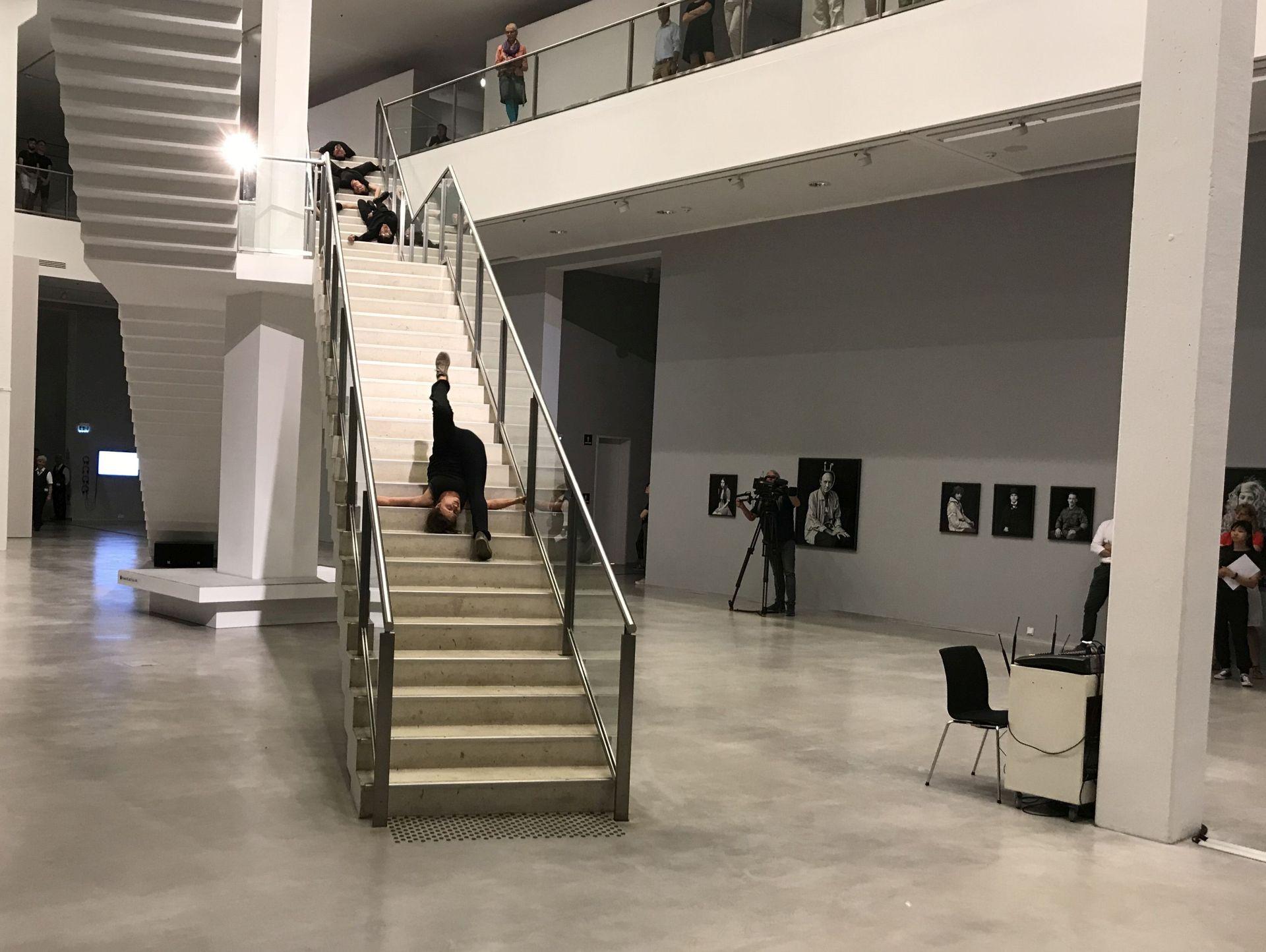 tanz auf treppen 800 events in 80 h usern bei der langen. Black Bedroom Furniture Sets. Home Design Ideas