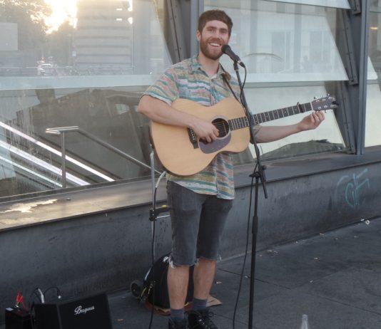 Straßenmusiker von den britischen Inseln in Berlin am Potsdamer Platz