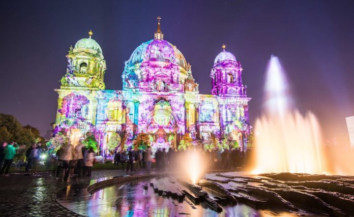 Der Berliner Dom erstrahlt in Kuntebunt.