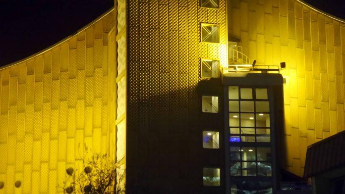 Bei nächtlicher Blick auf die Philharmonie in Berlin.
