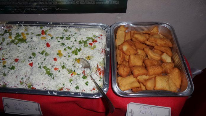 Reissalat mit Gemüse und fritierte Teigtaschen aus Kroatien am 28. November 2018