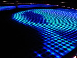 300 Glasplatten im Boden nehmen tagsüber Sonnenlicht auf und erzeugen nach Sonnenuntergang Lichtspiele