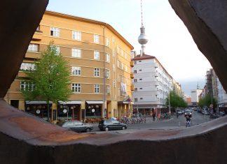 Kino Babylon Mitte in Berlin durch Räuberrad vor der Volksbühne fotografiert; Blickrichtung Süd/ Alexanderplatz (Alex.). © 2019, Foto/BU: Andreas Hagemoser