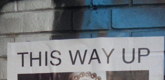 Hegel vom Kopf auf die Füße stellen? Plakat in Berlin-Charlottenburg am 22.März 2019