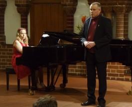Alle schönen Erinnerungen. Die junge Komponistin Terhi Dostal begleitet Weihnachtslieder aus Finnland am Flügel