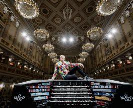 Cameron Carpenter spielt auf seiner digitalen International Touring Organ selbsttranskribierte Werke von Johann Sebastian Bach und Gustav Mahler