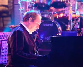 Zimmer im Konzertsaal – Komponist Hans Z. tritt live an Gitarre und Keyboard mit seiner Filmmusik auf zusammen mit Band, Chor, Orchester und Lebo M