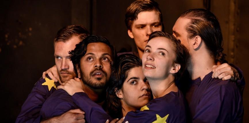 """Sivan Ben Yishai gewinnt die Autorentheatertage Berlin 2017 – Über das Stück """"Your Very Own Double Crisis Club – Ein übersetztes Klagelied mit furchtbarem Akzent"""""""